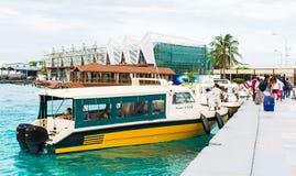 Touristen, die mit den Schnellbooten zum internationalen Flughafen von Ibrahim Nasir kommen Lizenzfreies Stockbild