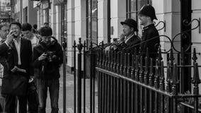 Touristen, die mit Polizisten lachen Stockfotos