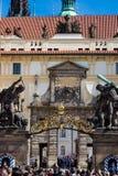 Touristen, die Mittagsschutzänderung auf den Eingang des Prag-Schlosses betrachten lizenzfreies stockbild