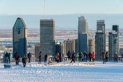 Touristen, die Montreal-Skyline im Winter betrachten Lizenzfreies Stockbild