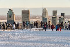 Touristen, die Montreal-Skyline im Winter betrachten Lizenzfreie Stockfotografie