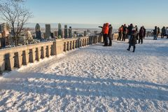 Touristen, die Montreal-Skyline im Winter betrachten Stockfoto