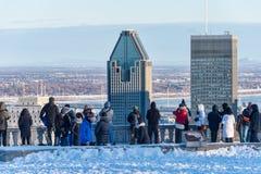 Touristen, die Montreal-Skyline im Winter betrachten Lizenzfreie Stockbilder