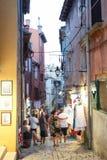 Touristen, die nahe bei Souvenirladen in Rovinj gehen Lizenzfreies Stockfoto