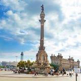 Touristen, die nahe Columbus-Monument in Barcelona, Spanien gehen stockfoto
