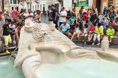 Touristen, die nahe Fontana-della Barcaccia sich entspannen Lizenzfreie Stockbilder