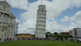 Touristen, die nahe populären Marksteinen in Italien-, Pisa-Turm und in der Kirche, Tourismus gehen stock footage