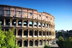 Touristen, die nahe Wänden des Kolosseums gehen Lizenzfreie Stockfotos
