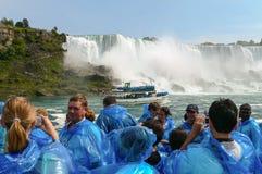 Touristen, die Niagara Falls aufpassen Stockfotografie