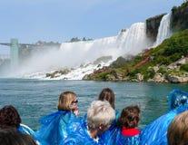 Touristen, die Niagara Falls aufpassen Lizenzfreies Stockbild