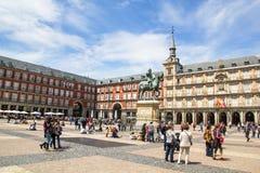 Touristen, die Piazza-Bürgermeister in Madrid, Spanien besuchen Stockbilder