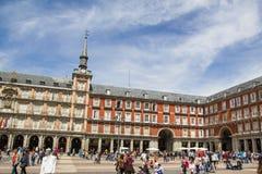 Touristen, die Piazza-Bürgermeister in Madrid, Spanien besuchen Lizenzfreies Stockfoto