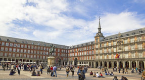 Touristen, die Piazza-Bürgermeister in Madrid, Spanien besuchen Lizenzfreies Stockbild