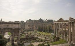 Touristen, die Roman Forum besuchen Lizenzfreie Stockfotografie
