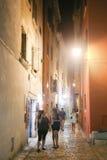 Touristen, die in Rovinj gehen Lizenzfreie Stockbilder