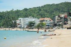 Touristen, die in samui Inseln ein Sonnenbad nehmen Lizenzfreie Stockfotografie