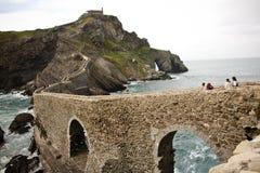 Touristen, die San Juan de Gaztelugatxe, baskisches Land, Spanien besichtigen Lizenzfreies Stockfoto