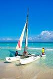 Touristen, die am schönen Strand von Varadero in Kuba segeln lizenzfreies stockfoto