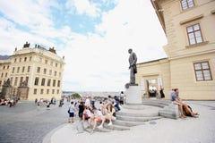 Touristen, die Schlosskomplex in Prag besuchen Stockbild