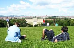 Touristen, die Schonbrunn-Palast in Wien genießen Stockbild