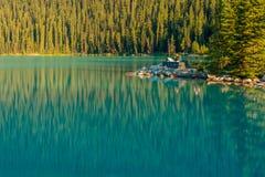 Touristen, die See Louise Banff National Park ansehen Stockbild