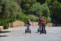 Touristen, die segways in der Akropolise von Athen reiten stockfotografie