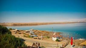 Touristen, die sich herein im Wasser des Toten Meers I entspannen und schwimmen lizenzfreies stockbild