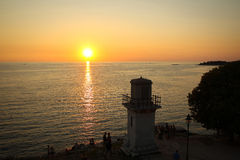 Touristen, die Sonnenuntergang auf adriatischer Küste aufpassen Lizenzfreie Stockbilder