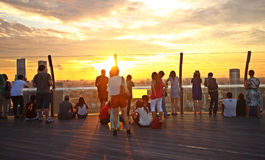 Touristen, die Sonnenuntergang, Singapur aufpassen Lizenzfreie Stockfotografie