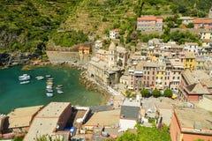 Touristen, die sonnigen Tag im kleinen Hafen in Vernazza genießen lizenzfreies stockbild