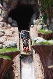 Touristen, die Spiele in Disneyland spielen Stockfotografie