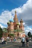 Touristen, die St. Basil Cathedral, Roter Platz, Moskau besuchen Lizenzfreie Stockbilder