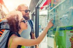 Touristen, die Stadtplan betrachten Stockfotografie