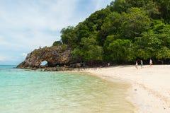 Touristen, die Steinbogen mit schönem Strand bei Koh Khai Andaman im See-, TarutaoNationalpark und in Koh Lipe, Thailand besuchen Stockbild