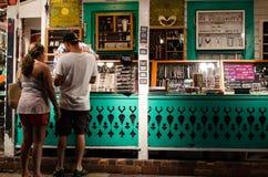 Touristen, die am Straßenrandshop kaufen Stockfotografie