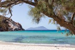 Touristen, die am Strand in den Milos Insel, die Kykladen, Griechenland Kayak fahren Stockbilder