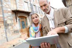 Touristen, die Tablette während der Reise verwenden Stockbilder