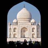 Touristen, die Taj Mahal Complex anmelden Stockfoto