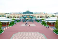 Touristen, die Tokyo Disneyland in Urayasu, Chiba, Japan betreten lizenzfreie stockfotografie