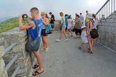 Touristen, die um die Nachbarschaft schauen Lizenzfreies Stockfoto