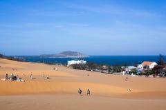 Touristen, die um rote Sanddünen Mui Ne in Vietnam gehen Lizenzfreies Stockfoto