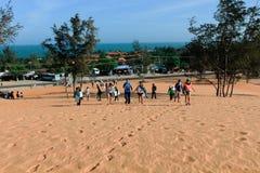 Touristen, die um rote Sanddünen Mui Ne in Vietnam gehen Lizenzfreie Stockfotos