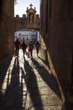 Touristen, die unter Stern-Bogen- oder ACRO-De La Estrella, Caceres gehen Stockfoto