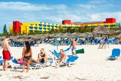 Touristen, die an Varadero-Strand in Kuba ein Sonnenbad nehmen stockfotografie