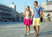 Touristen, die in Venedig gehen stockbilder