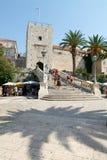 Touristen, die vor dem Schloss bei Korcula gehen Lizenzfreie Stockbilder