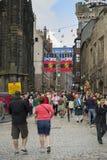 Touristen, die während des Fransenfestivals, Schottland gehen Stockfotografie