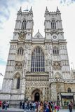 Touristen, die Westminster Abbey am Westen des Palastes von Westminster in London, Großbritannien betreten und besichtigen lizenzfreie stockfotos