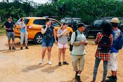 Touristen, die zu einer Wanderung in den Regenwäldern nahe Trinidad, Kuba fertig werden stockbild