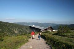 Touristen, die zur Herberge vorangehen Stockbilder